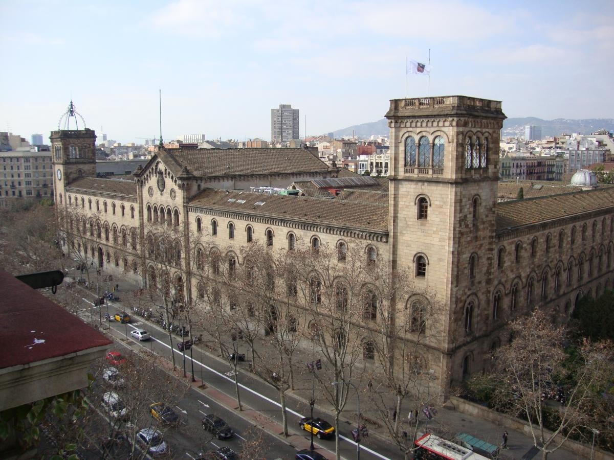Edificio histórico de la universidad de Barcelona en el eixample