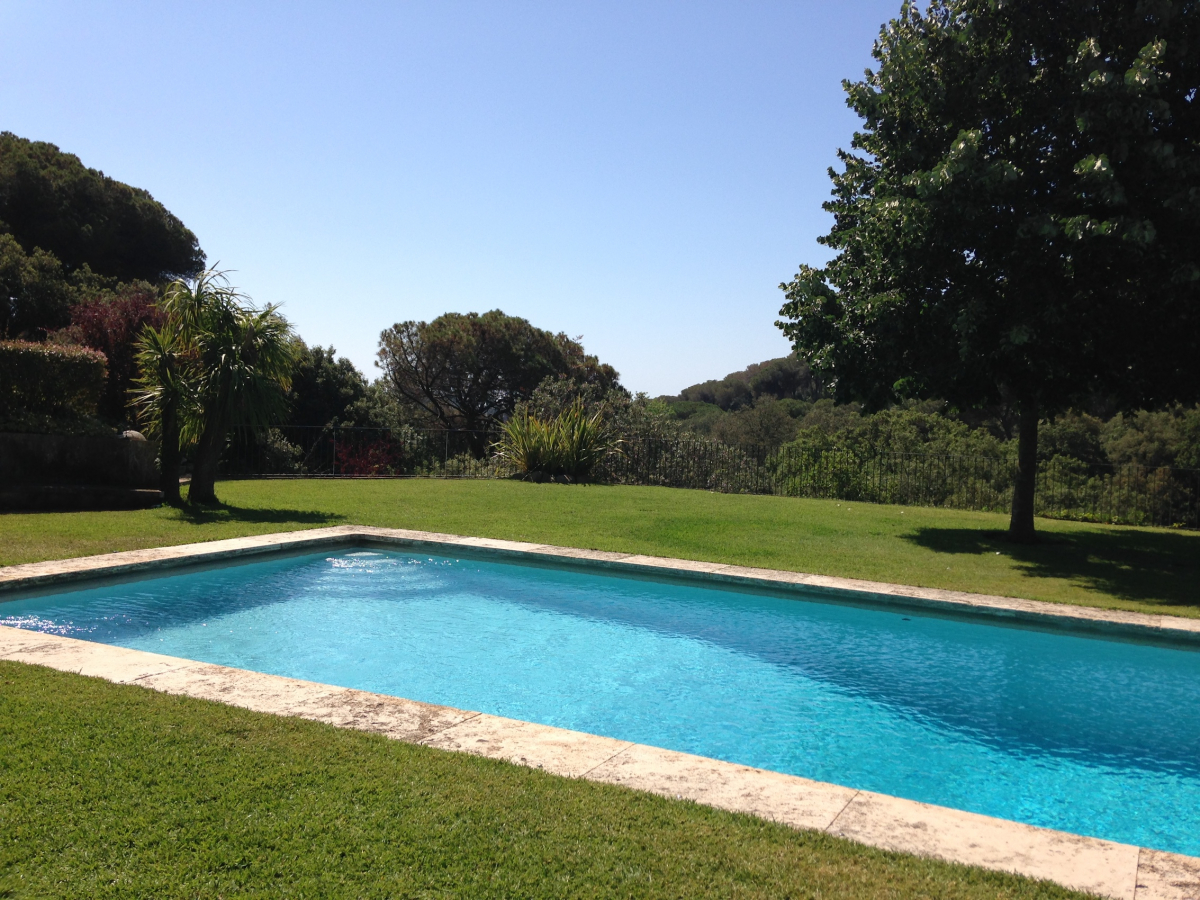 Detached house with pool and garden barcelona film for Barcelona pool garden 4